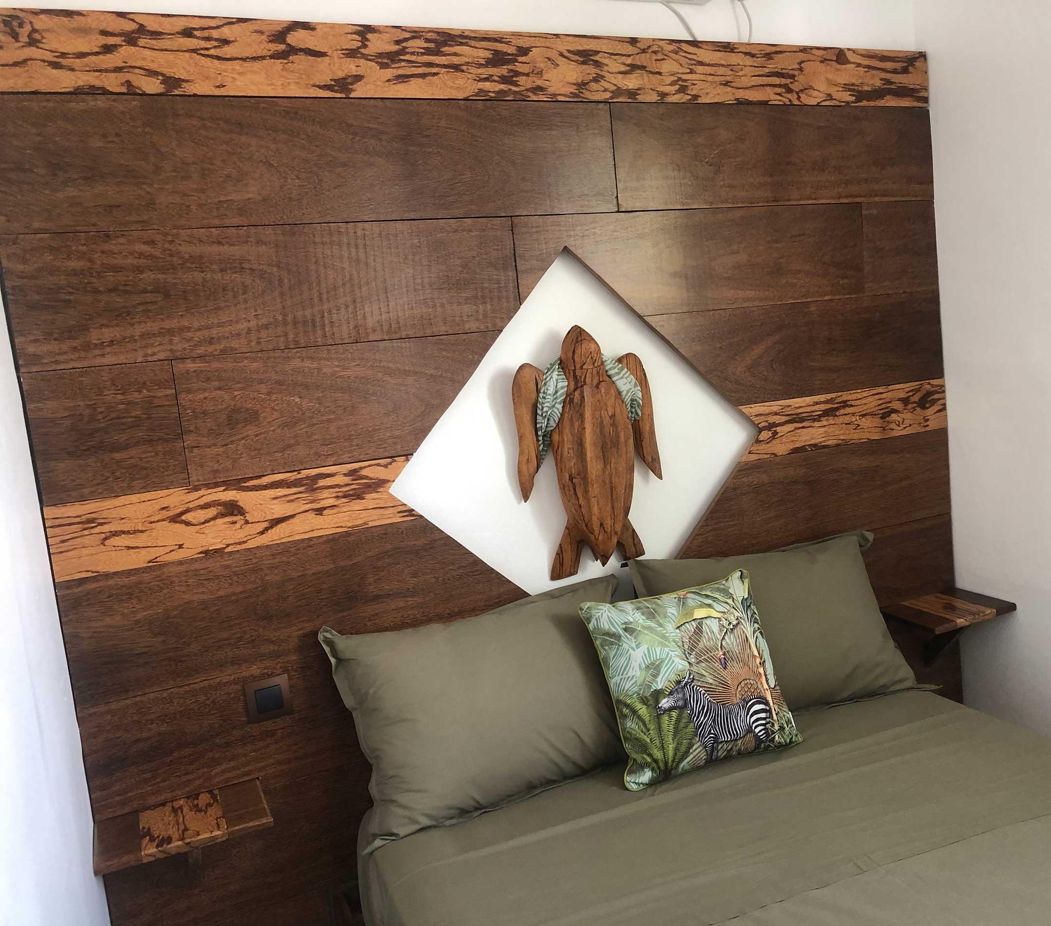 Zoom sur la tête de lit avec ce beau mélange de bois serpent et de coeur dehors