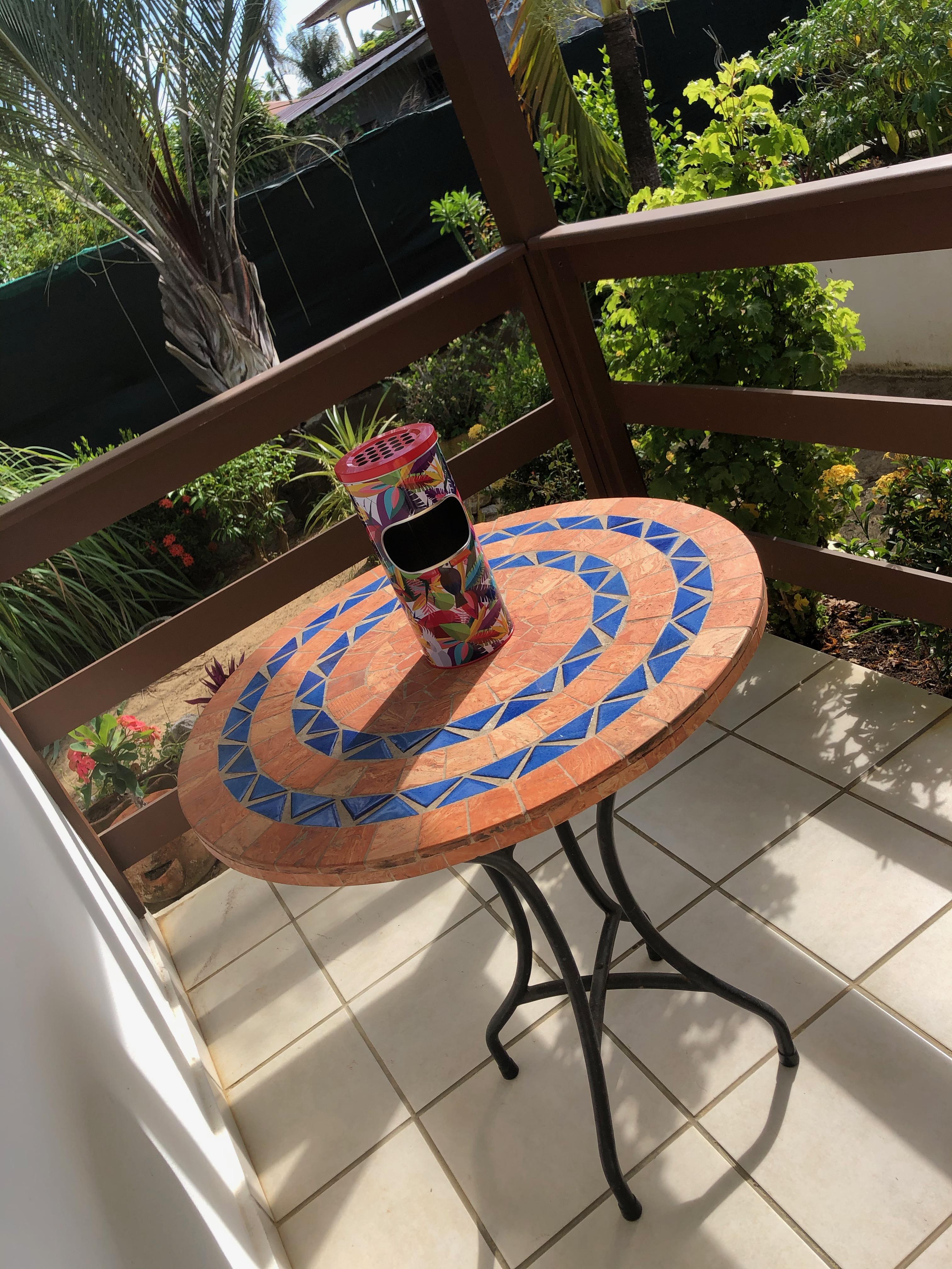Focus sur la table de la terrasse du studio Toucan et son cendriers original