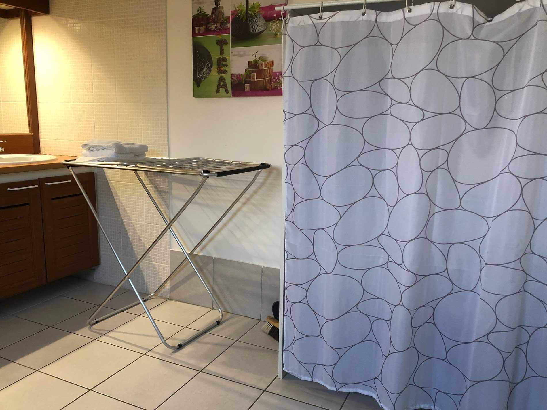 Zoom sur la penderie de la salle de bain avec l'étendoir