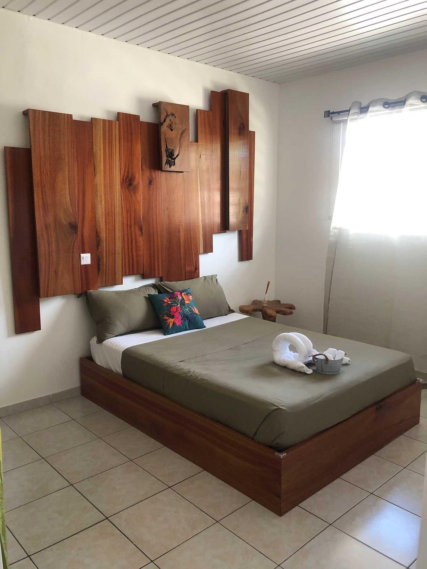 Vue d'ensemble de la chambre satiné rubané avec le kit d'accueil, le lte, la ête de lit et la fenêtre.